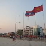 Laoso LDR ir komunistų vėliavos pačioj Vientiano širdy